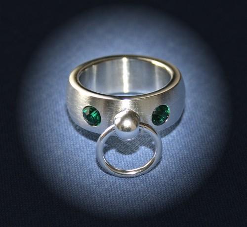 BDSM Ring der O mit 2 Steinchen - grün