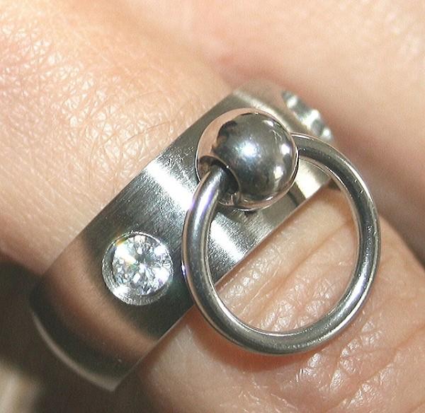 BDSM Ring der O mit zwei Steinchen