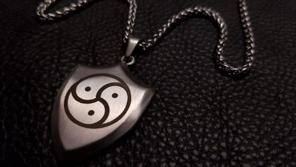 Exklusiver BDSM Anhänger Symbol Peitschenrad Triskele inkl. Halskette