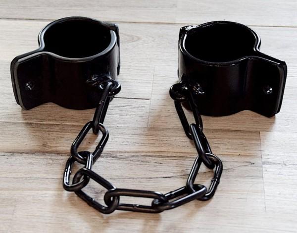 Stahlfesseln Stahlschellen Handfesseln Fußfesseln verbunden mit Kette